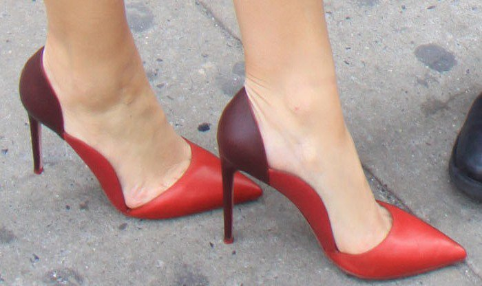 Maria Menounos shows off her feet in two-tone pumps