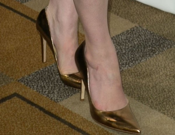 Christina Hendricks showed off her feet in pointy-toe pumps in gold metallic leather