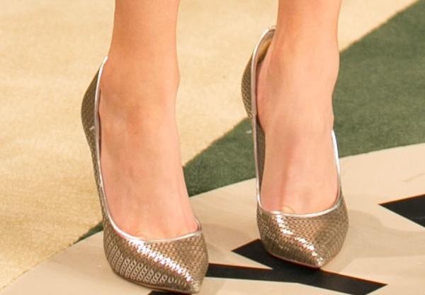 Elizabeth Banks's feet in metallic Casadei pump