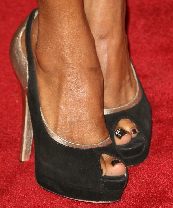 Holly Robinson-Peete wearing peep-toe pumps