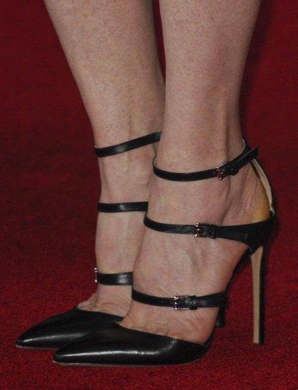 Julianne Moore showing toe cleavage inGianvito Rossi heels