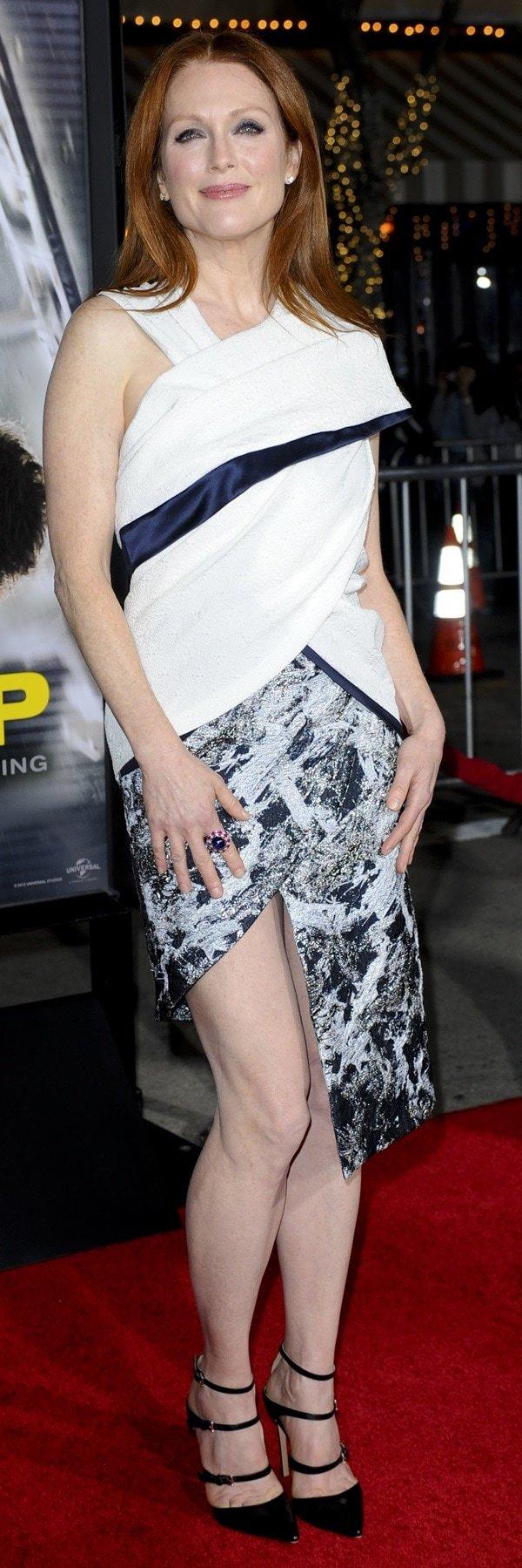 Julianne Moore revealed her bare hot legs ina finely draped Prabal Gurung Fall 2014 dress