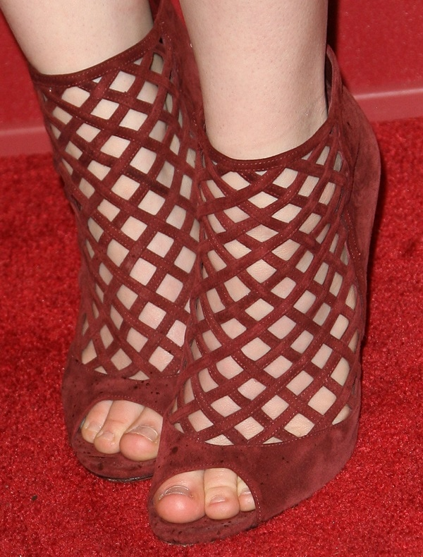 Kat Dennings shows off her hot feet in Jimmy Choo sandals