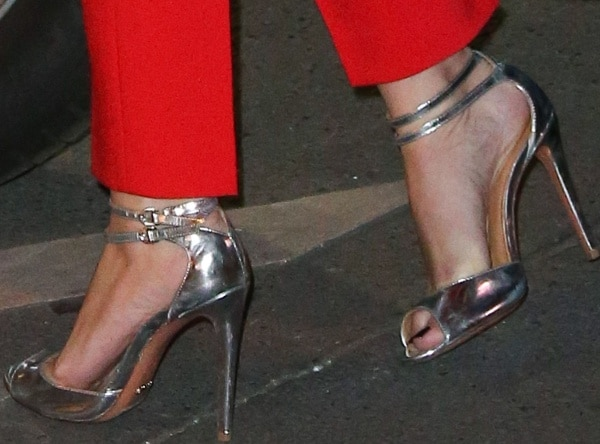 Scarlett finished her look with metallic peep-toe sandals