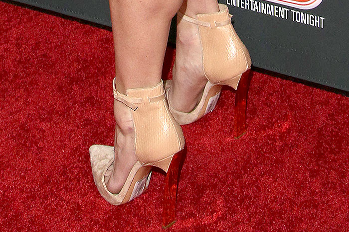 Anna Faris forgot to remove the sticky labels from the soles of her Casadei shoes