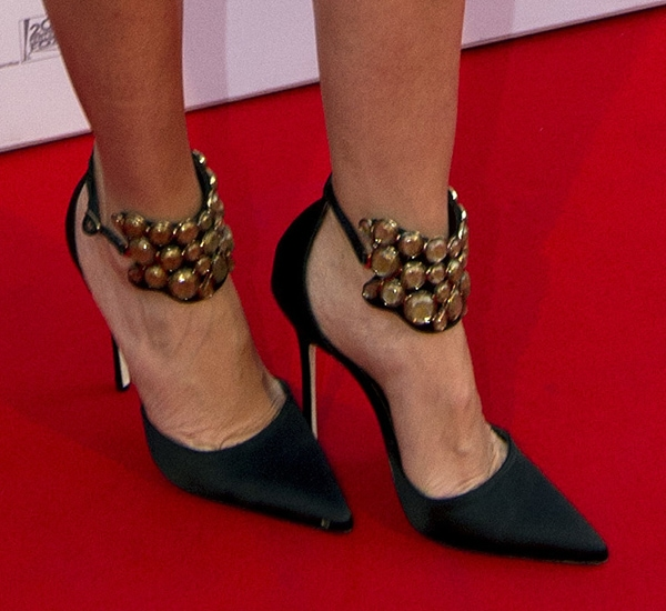 "Cameron Diaz showed off her hot feet in Manolo Blahnik ""Amatis"" pumps"