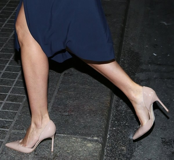 Cameron Diaz wearing nude Manolo Blahnik d'Orsay pumps