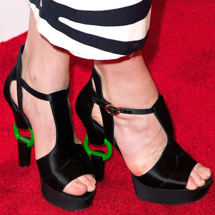 Dree Hemingway displayed her sexy toes in ring-heel sandals