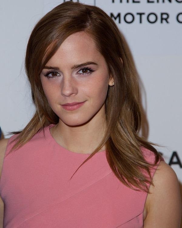 Emma Watson'sauburn mane fell softly down her shoulders