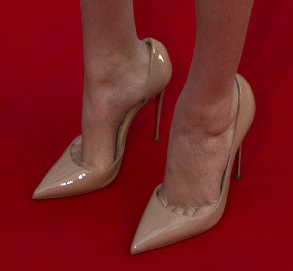 Kate Upton revealed toe cleavage in nude shoes