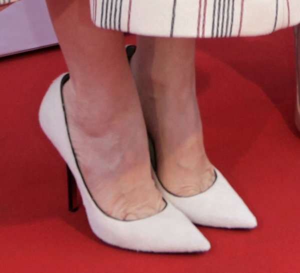 Leslie Mann's pretty feet in Jimmy Choo pumps