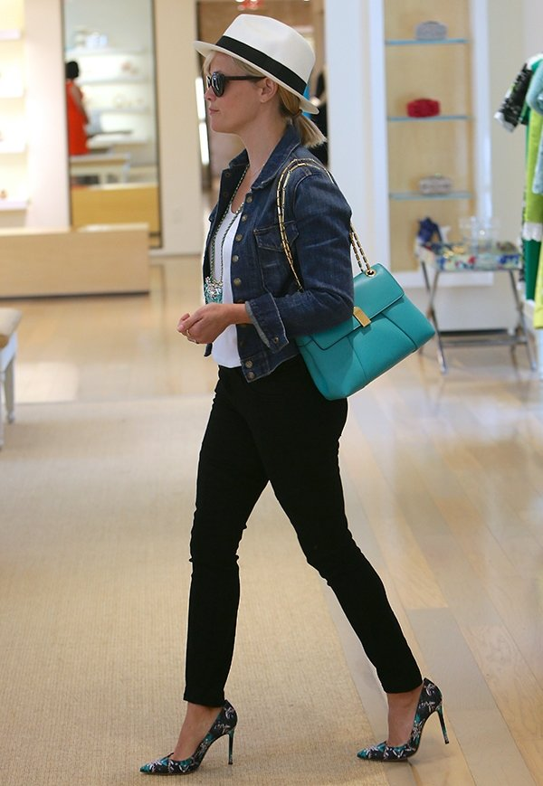 Reese Witherspoon seen shopping at Oscar De La Renta clothing store in Los Angeles