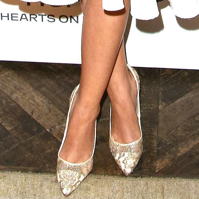 Sarah Hyland wearing gold white pumps