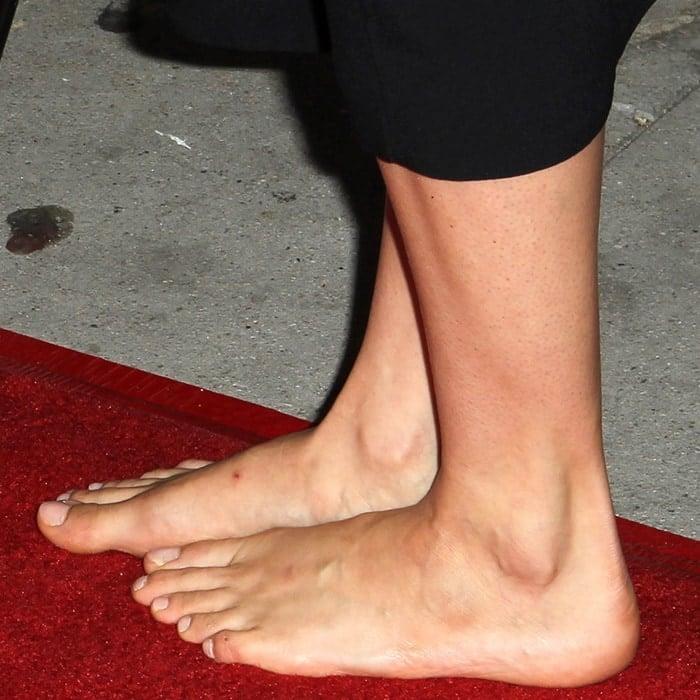 Barefoot Shailene Woodley shows off her bare feet
