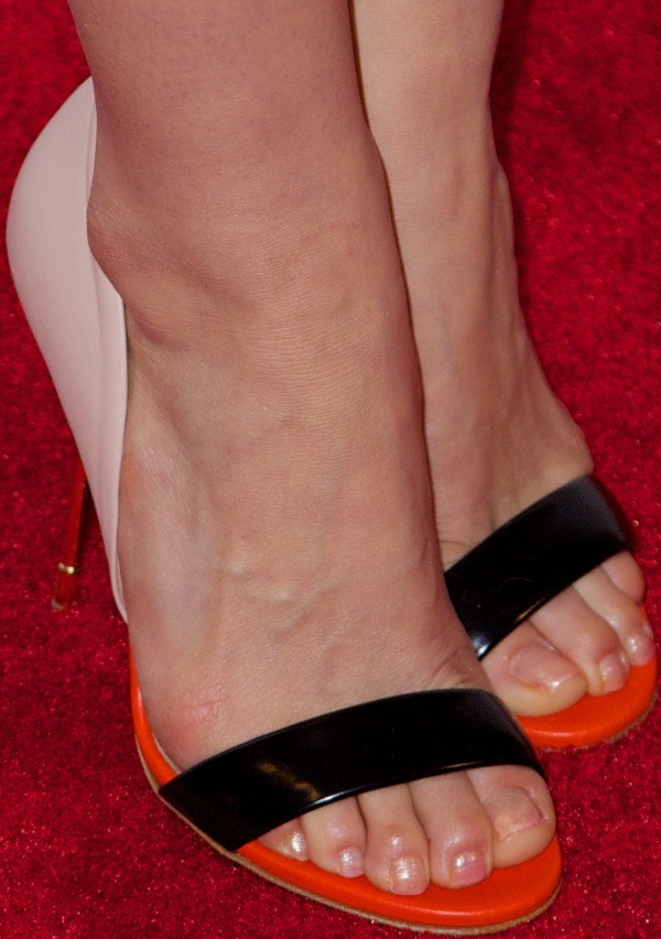 "America Ferrera shows off her feet in tricolor ""Blank"" sandals from Kurt Geiger"
