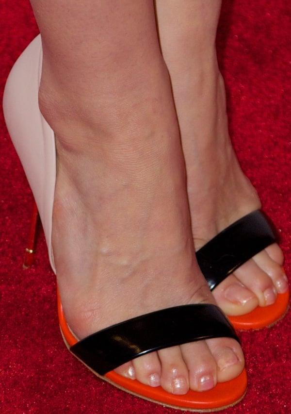 "America Ferrera shows off her feet intricolor ""Blank"" sandals from Kurt Geiger"