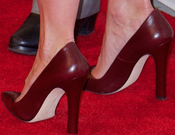 Katie Holmes shows off her feet inmaroon pointy-toe pumps