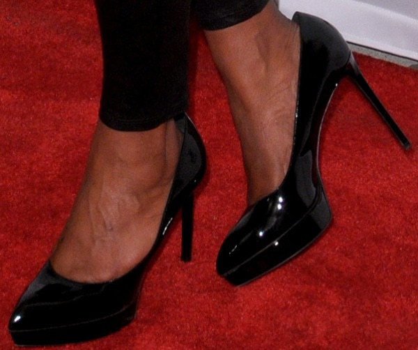 Mindy Kaling shows off her feet in black patent leather pumps from Saint Laurent