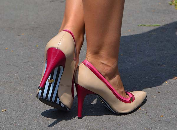 Didi's hot feet in feminine pointy pumps