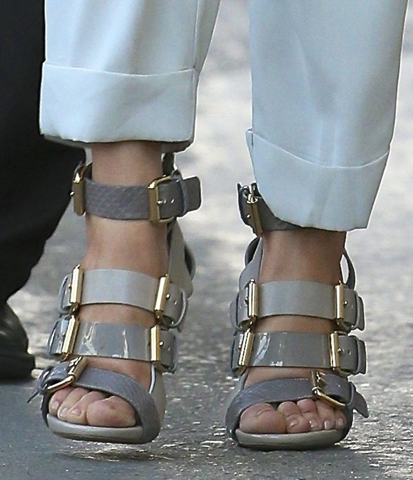 Jennifer Lopez displayed her sexy toes in shoes with gold buckles