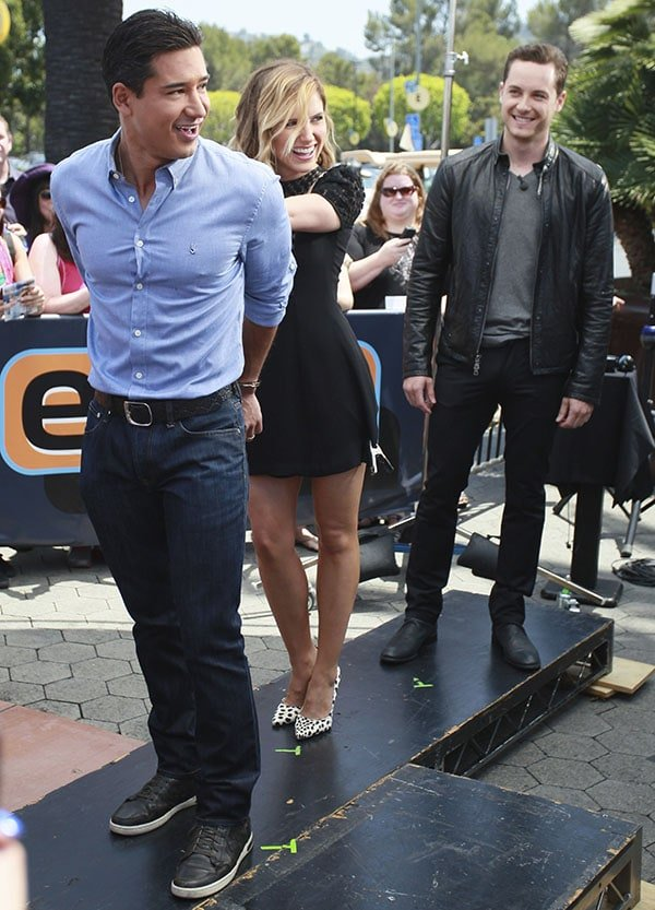 """Joined by her boyfriend Jesse Lee Soffer, Sophia Bush handcuffs Mario Lopez at""""Extra"""""""