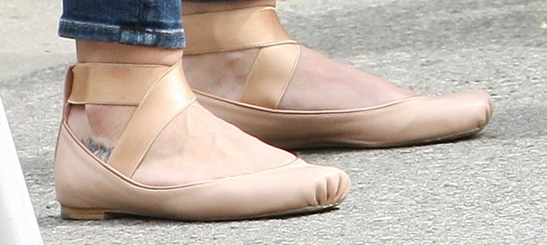 Hilary Duff's feet innude ballet flats from Chloe
