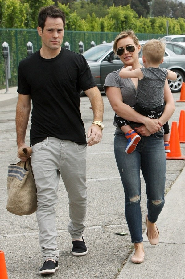 Hilary Duff at the Beverly Hills farmers market with son Luca and estranged husband Mike Comrie in Beverly Hills on May 26, 2014