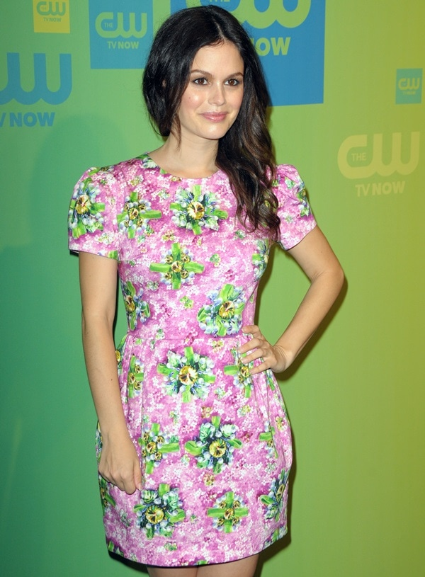 Rachel Bilson's dress features a round neck, short sleeves, a fitted waist, and pleated details