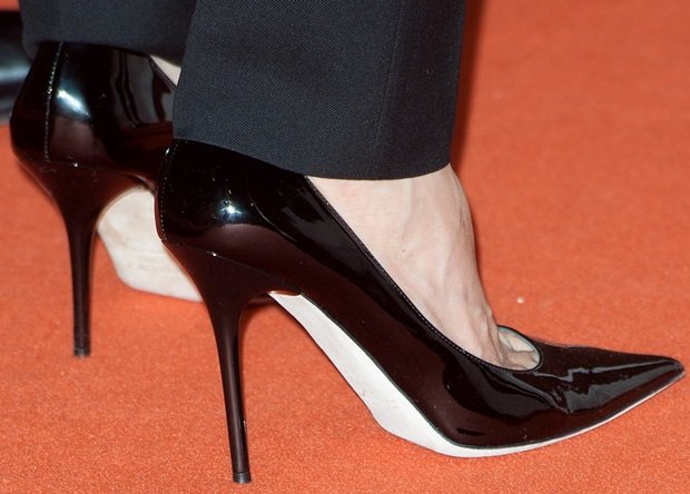 Angelina Jolie shows off her feet in black pointy pumps