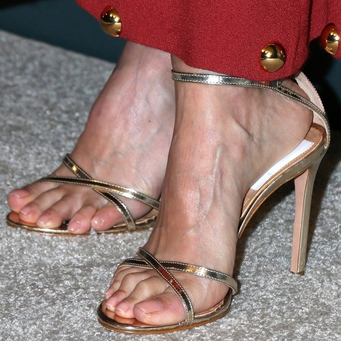 Jessica Alba's pretty feet in metallic sandals