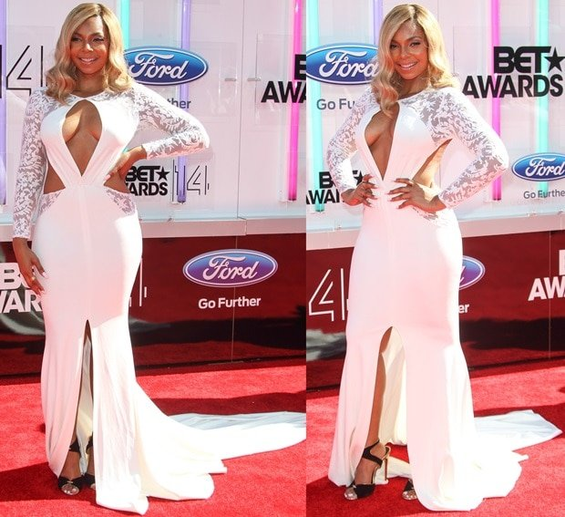 Ashanti styled the extremely revealing ivory dress with a stunning pair of Tom Ford sandals
