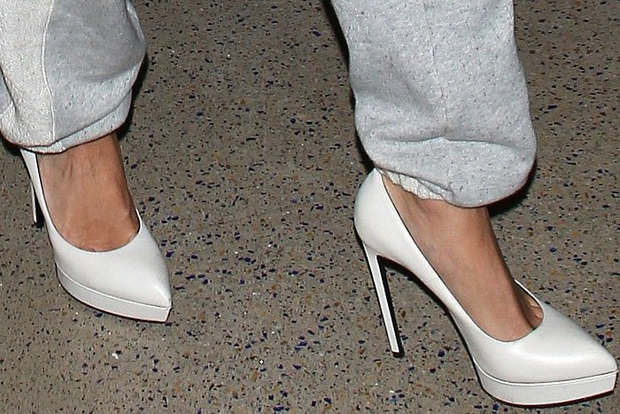Jessica Simpson wearing Saint Laurent Janis pumps