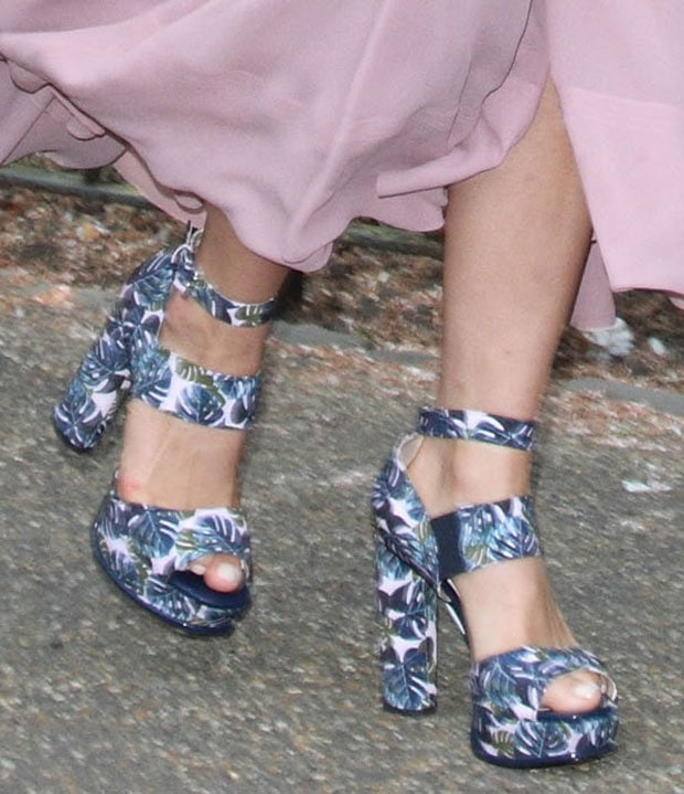 Suki-Waterhouse-Topshop-Sandals