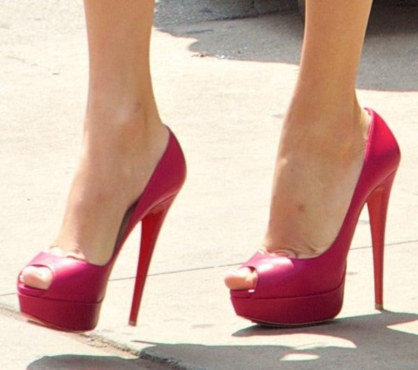 taylor swift NYC shopping shoe closeup