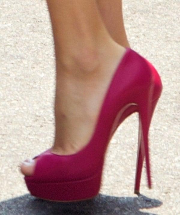 taylor swift NYC shopping shoe closeup2