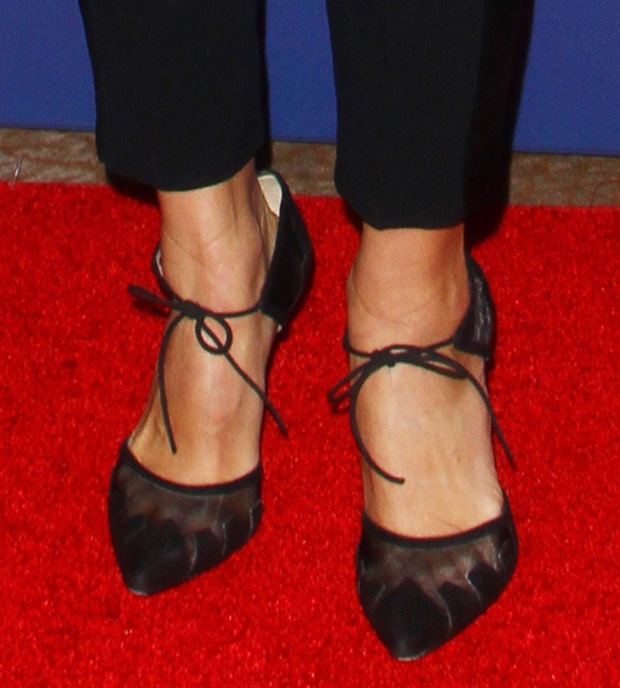 Abigail Spencer shows off her sexy feet in Bionda Castana