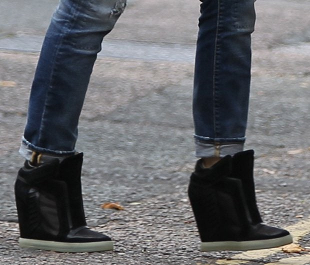 f2e64aba86f86 How to Wear Distressed Jeans with Wedge Sneakers Like Gwen Stefani