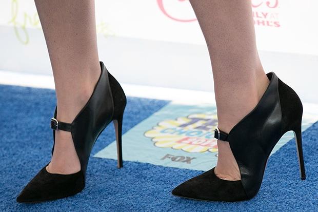 Hailee Steinfeld wearing Casadei pumps