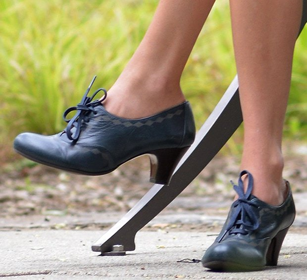 Taylor Swift wearing heeled oxfords