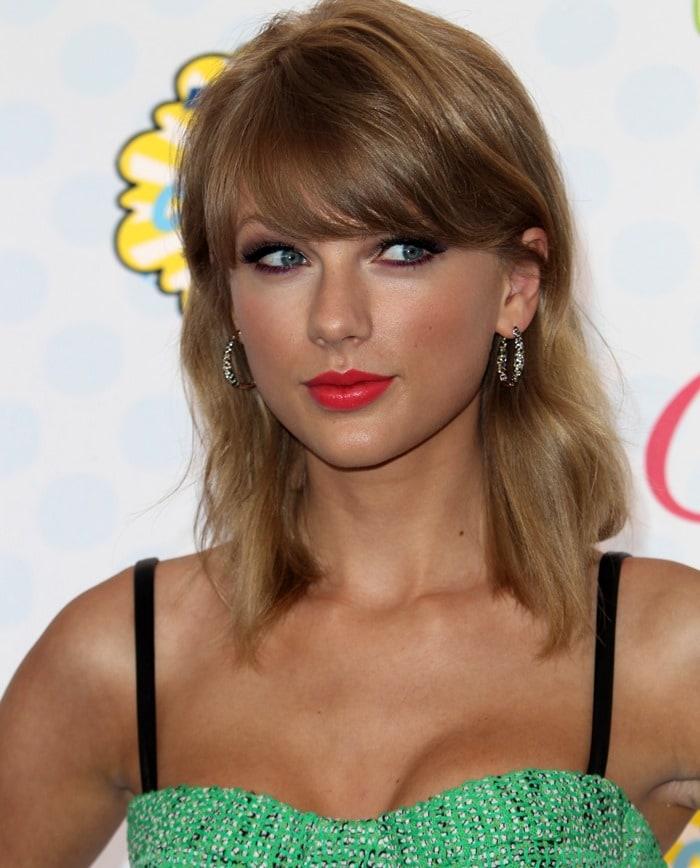 Taylor Swift'srose gold hoop earrings by EFFY Jewelry