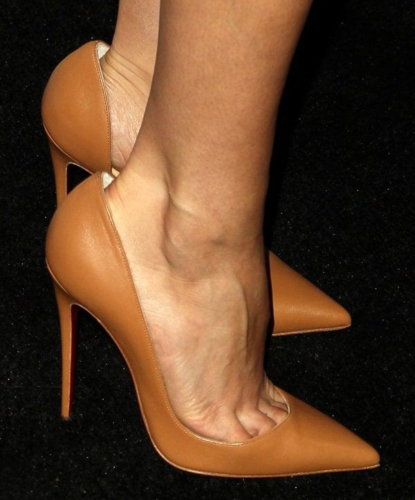 "Aubrey Plaza's toe cleavage in tan Christian Louboutin ""Iriza"" pumps"