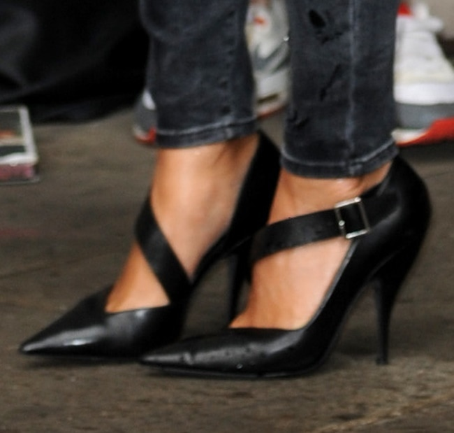 A closer look at Nicole's Narciso Rodriguez pointy pumps