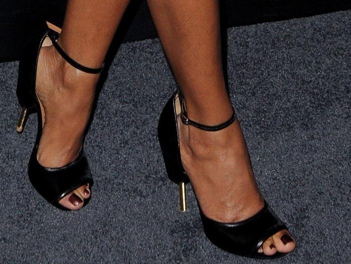 Jada Pinkett-Smith's feet in black calf leather open-toe sandals