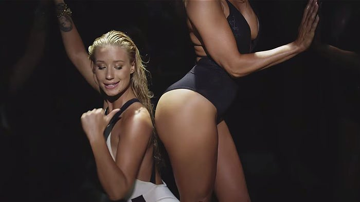 Iggy pointing at Jennifer Lopez's butt, in case you missed it