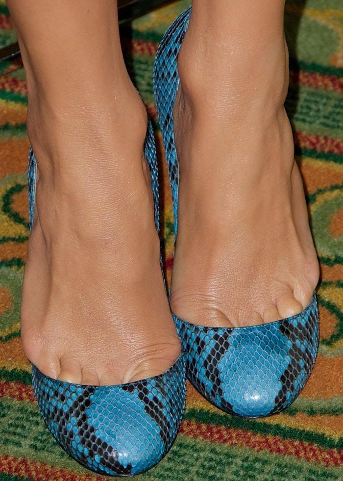 Jennifer Lopez wearing blue snakeskin pumps