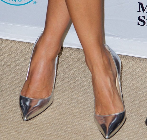 Jessica Alba wearing Manolo Blahnik pumps