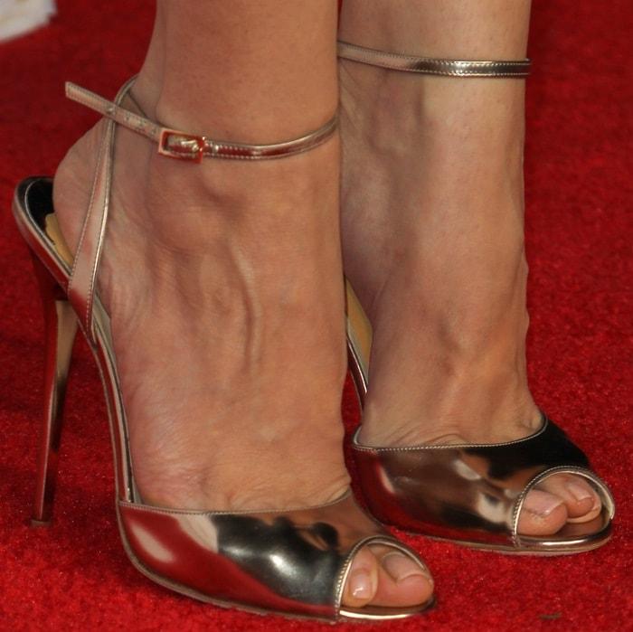 Aubrey Plaza's sexy feet in gold metallic sandals