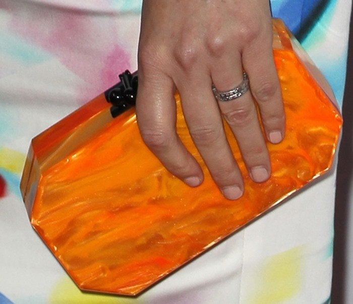 Elizabeth Banks totingan orange Edie Parker clutch