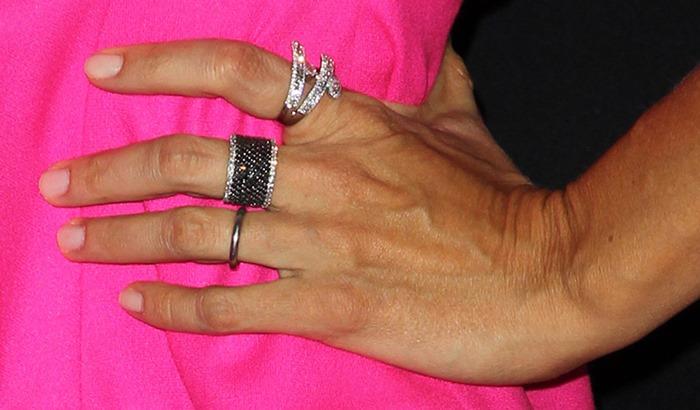 Jennifer Garner showing off her diamond Shay rings