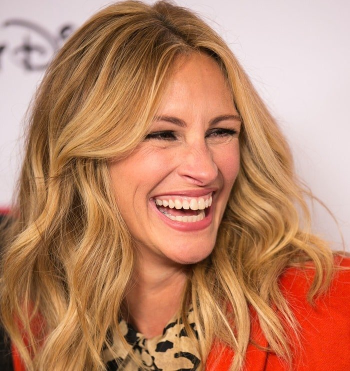 Julia Roberts posed for the cameras after being presented the Humanitarian Award